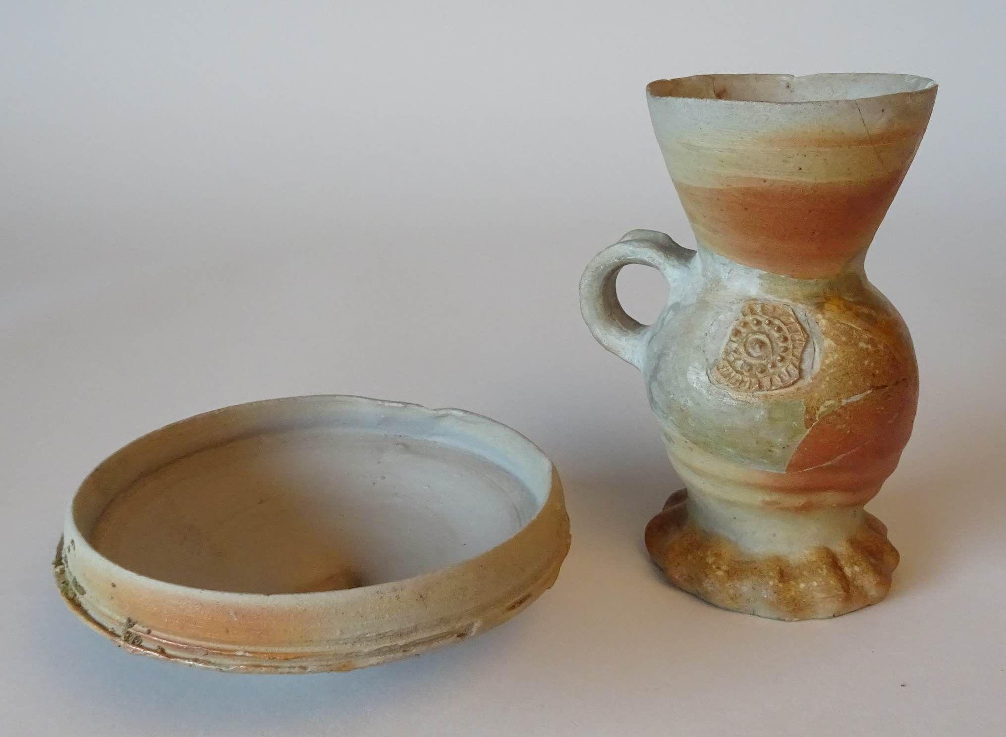 Drinkschaal en een beker van steengoed uit Siegburg (Duitsland) (SCEZ, Zeeuws Archeologisch Depot).