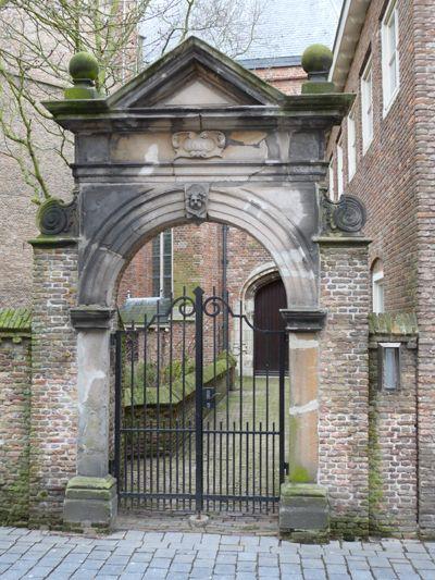 In het begin van de 17de eeuw werd een gedeelte van de Sint-Jacobskerk vrijgemaakt voor de Engelsen die in Vlissingen verbleven. Het zandstenen poortje in de Branderijstraat herinnert ons aan die periode. (Collectie auteur)