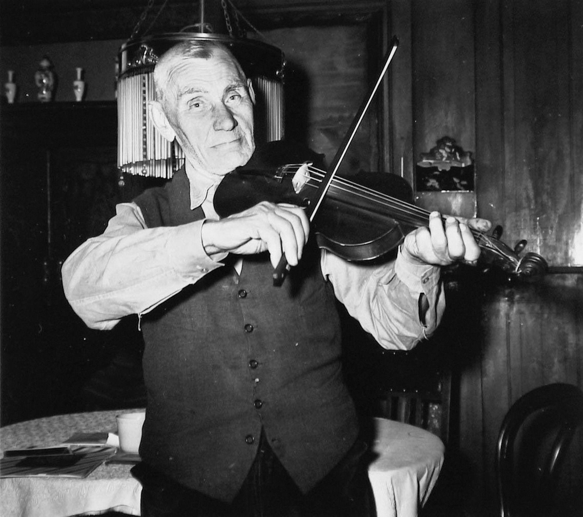 Jan Zuijdwegt, bijgenaamd Jan de Mandenmaker, uit Yerseke was mandenmaker en dorpsbarbier en speelde viool. (ZB, Beeldbank Zeeland)