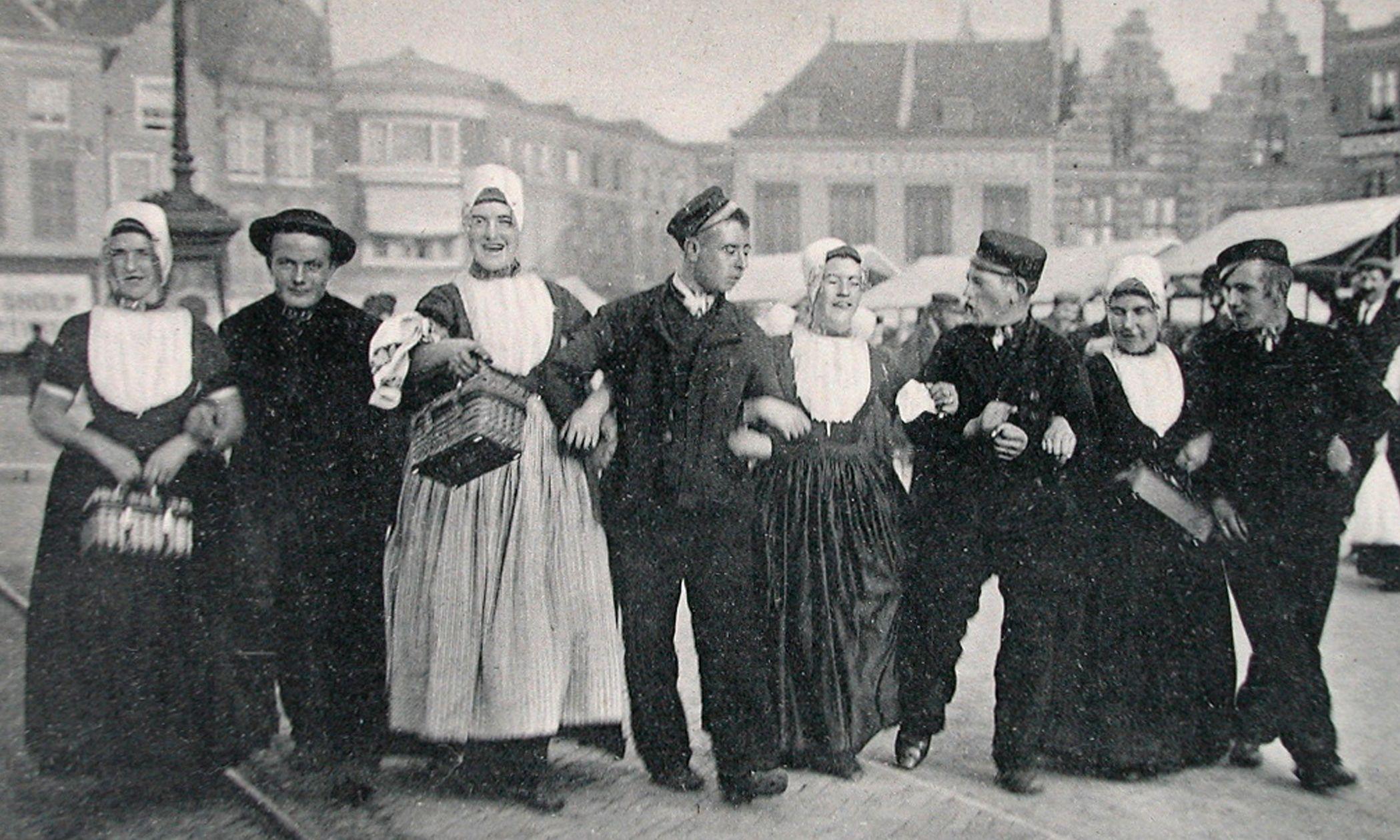 'Aerm in aerm' zingen op Annetjeliesjesdag op de Markt in Middelburg. (Zeeuwse Bibliotheek, Beeldbank Zeeland)