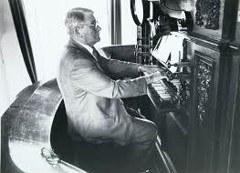 Organist Piet Uiterlinden bespeelt het Moreau-orgel tijdens een oecumenische kerkdienst in 1988. (Zeeuwse Bibliotheek, Beeldbank Zeeland)
