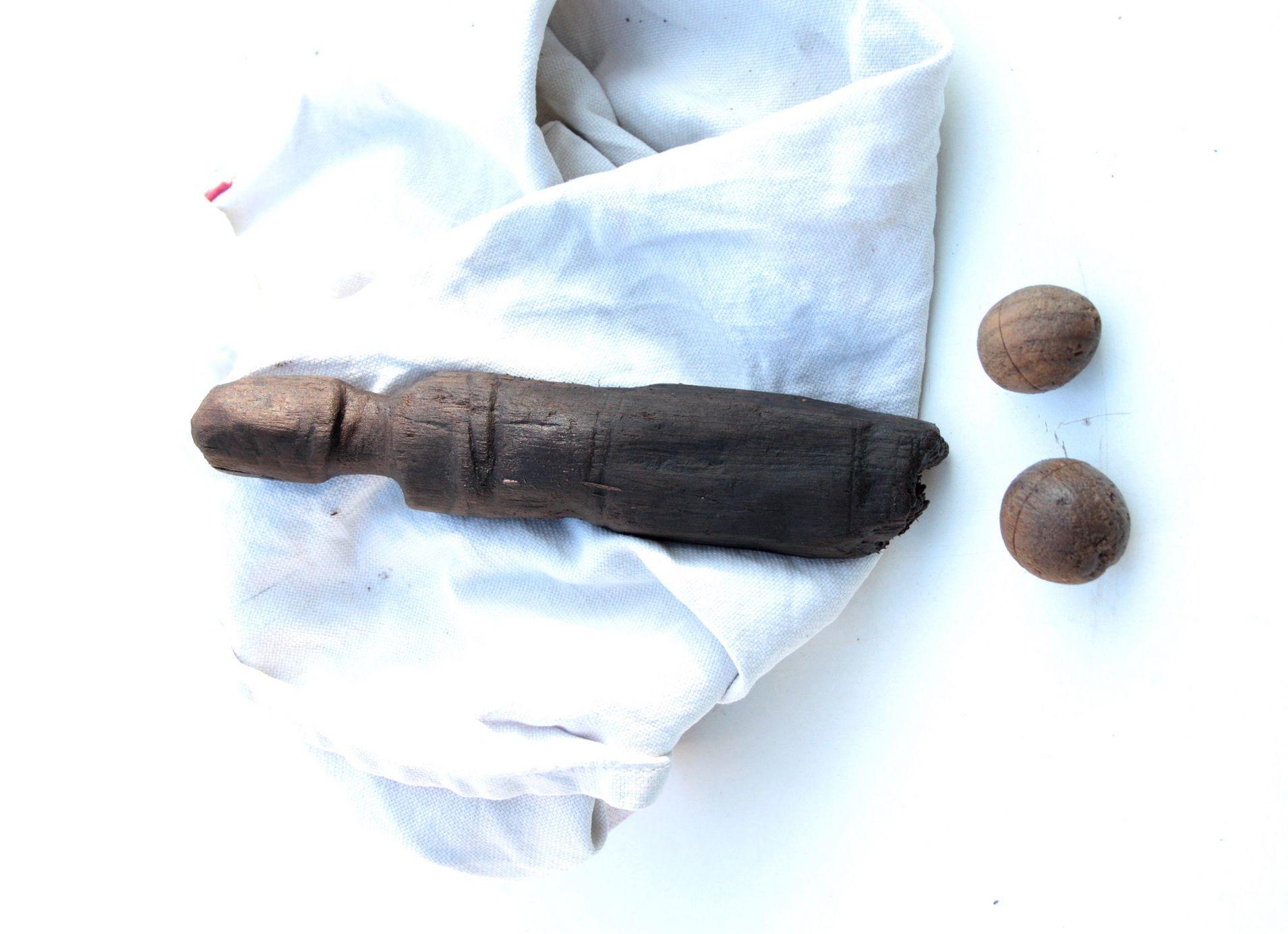 Kegel in de vorm van mannetje of vrouwtje met kegelballen (BIAX)