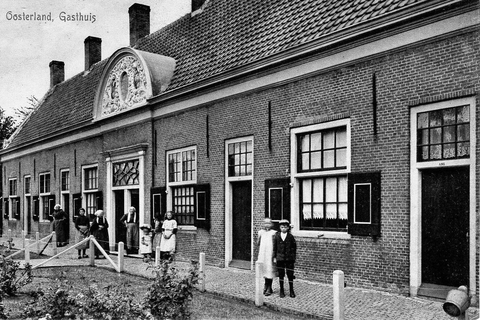Gasthuis in Oosterland met bewoners, circa 1905. Prentbriefkaart. (Beeldbank Gemeentearchief Schouwen-Duiveland)