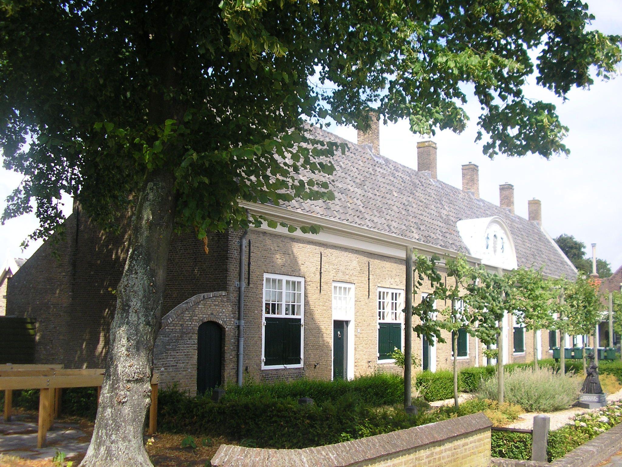 Gasthuis met rechtsvóór het beeld van Susanna Maria Loncque. (Foto Wikimedia)