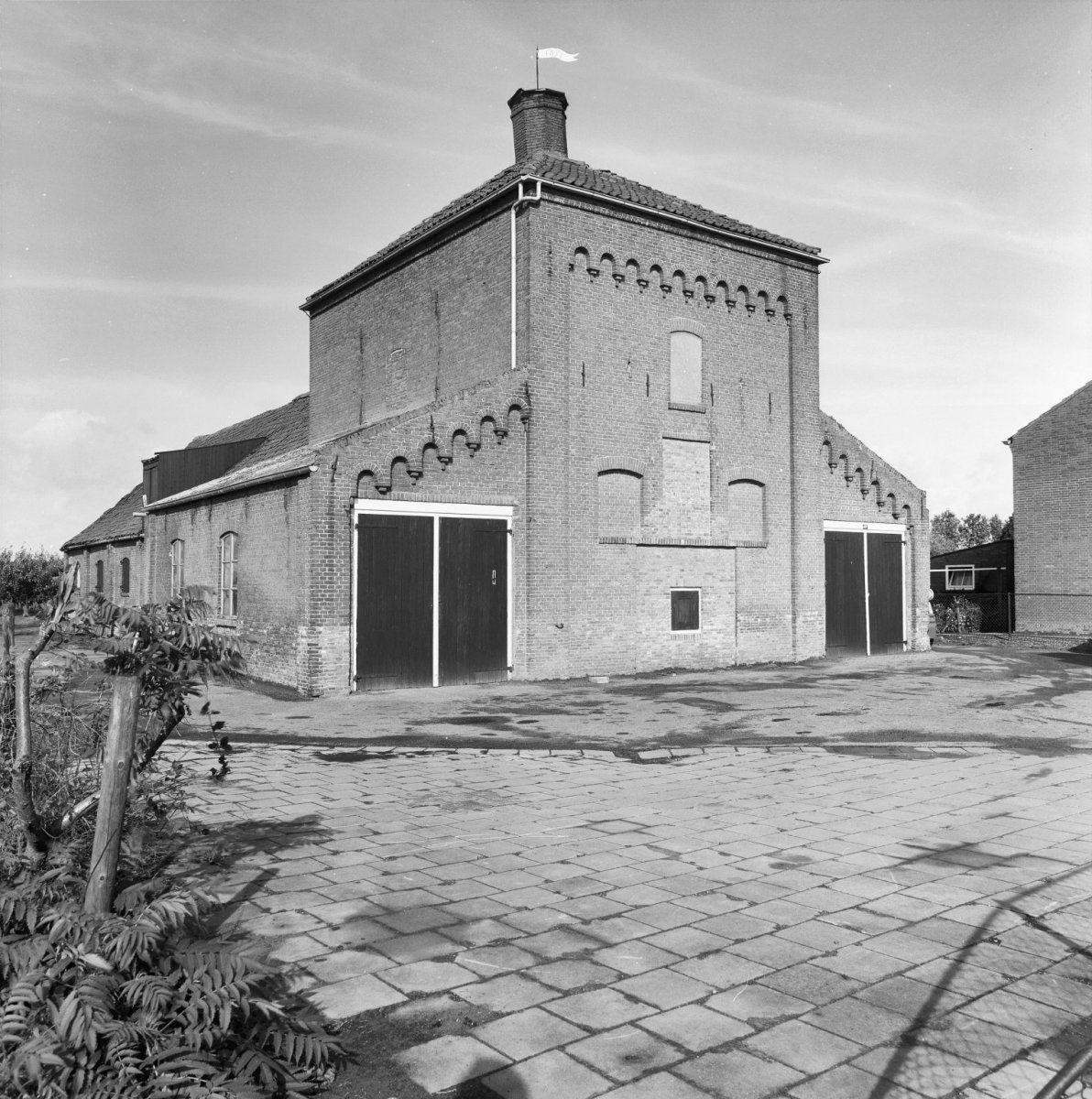 Voorzijde van de oude meestoof met droogtoren. Foto uit 1981. (Beeldbank Rijksdienst voor het Cultureel Erfgoed, foto Gerard Dukker)