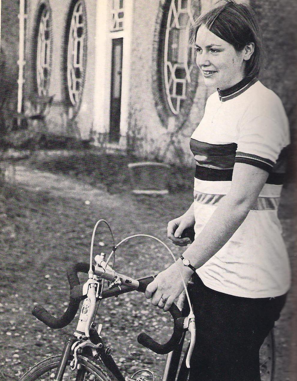 Een jonge Keetie Hage voor het woonhuis van haar ouders op Tholen. (foto C.A.L. Kotvis)