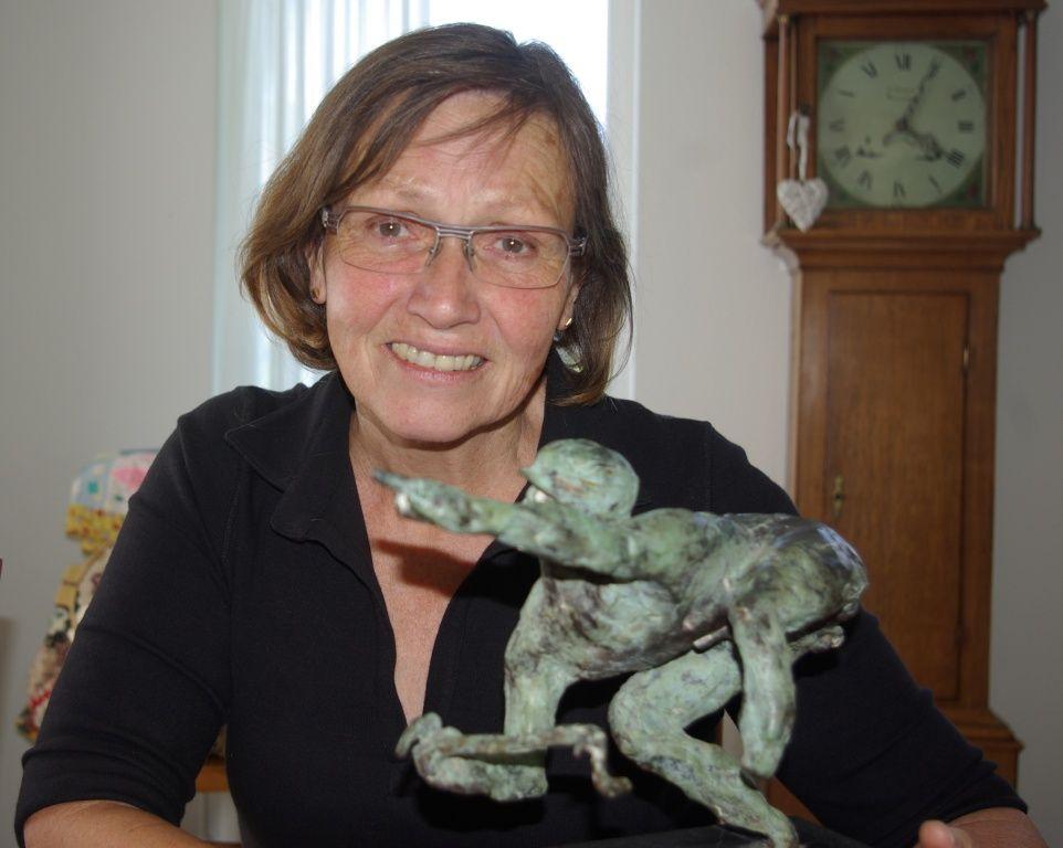 Keetie van Oosten-Hage met een van haar trofeeën, een bronzen sculptuur. (foto Arnold Parre)