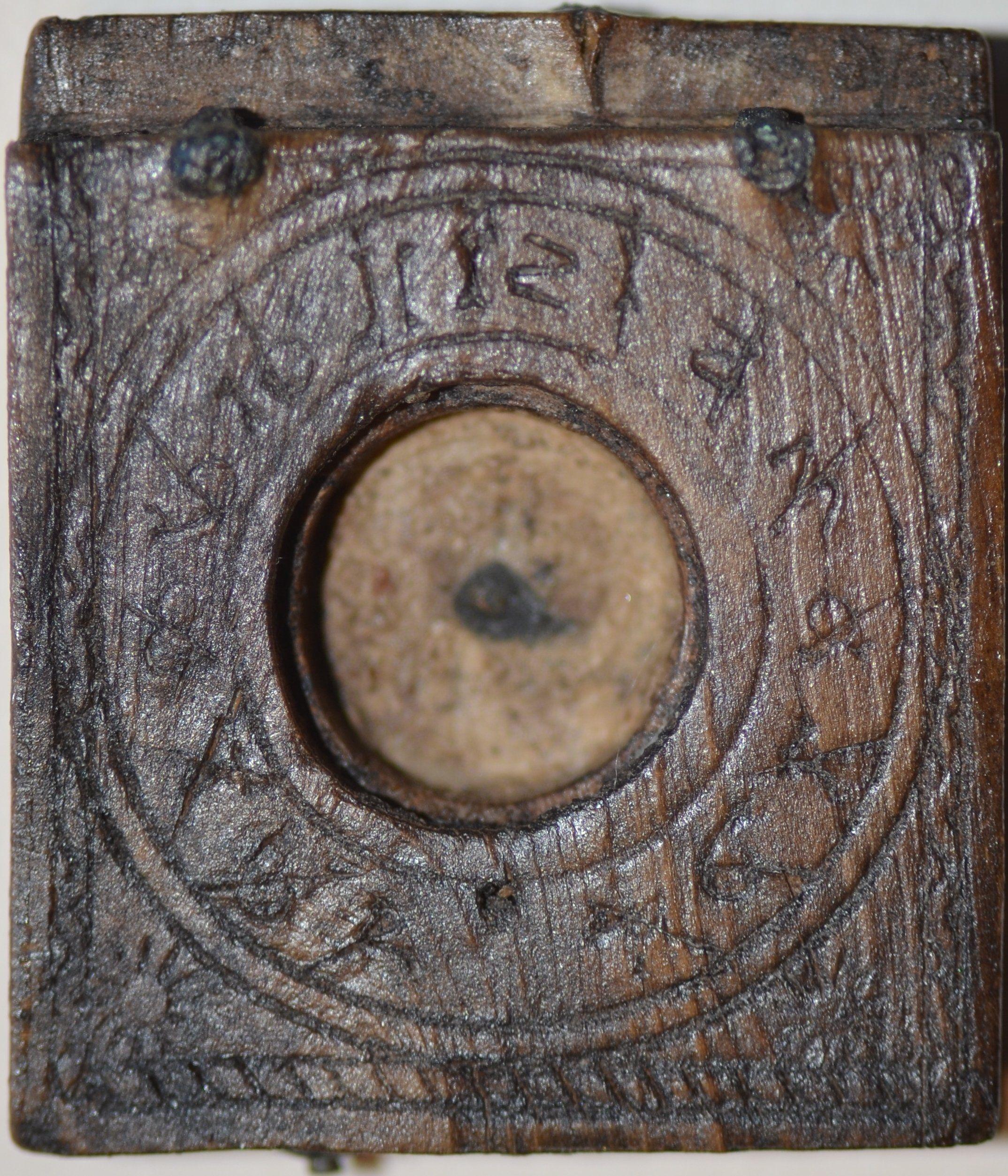 Houten onderblad van een diptiek (zakzonnewijzer). In het centrum tussen de wijzerplaat bevond zich het kompas. Afmetingen 3,5 x 3,1 x 0,7 cm, datering circa 1550 (Beeldbank SCEZ).