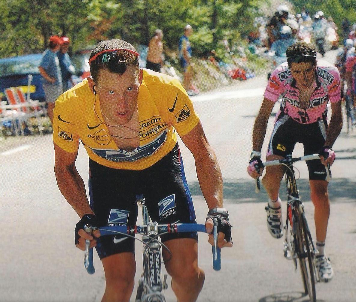 Lance in zijn karakteristieke houding: staand stampend op de pedalen. (foto archief L'Équipe)