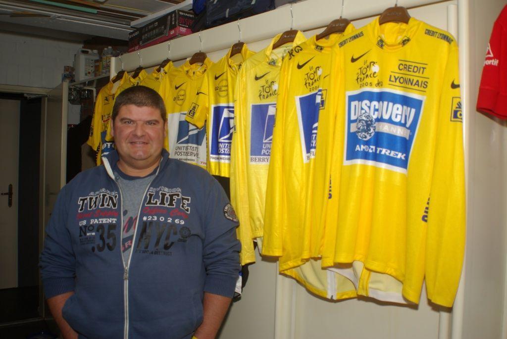 Arno Obrie in zijn Terneuzense garage, vol aandenkens aan zijn idool Lance Armstrong. (foto Arnold Parre)
