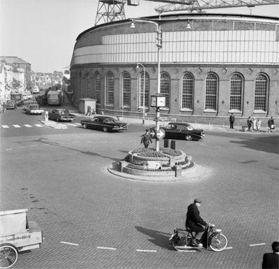 De muur van de smederij op de hoek van het Betje Wolffplein en de Aagje Dekenstraat in 1964. Op de achtergrond zijn de Scheldekranen zichtbaar. (Gemeentearchief Vlissingen, Beeldcollectie)