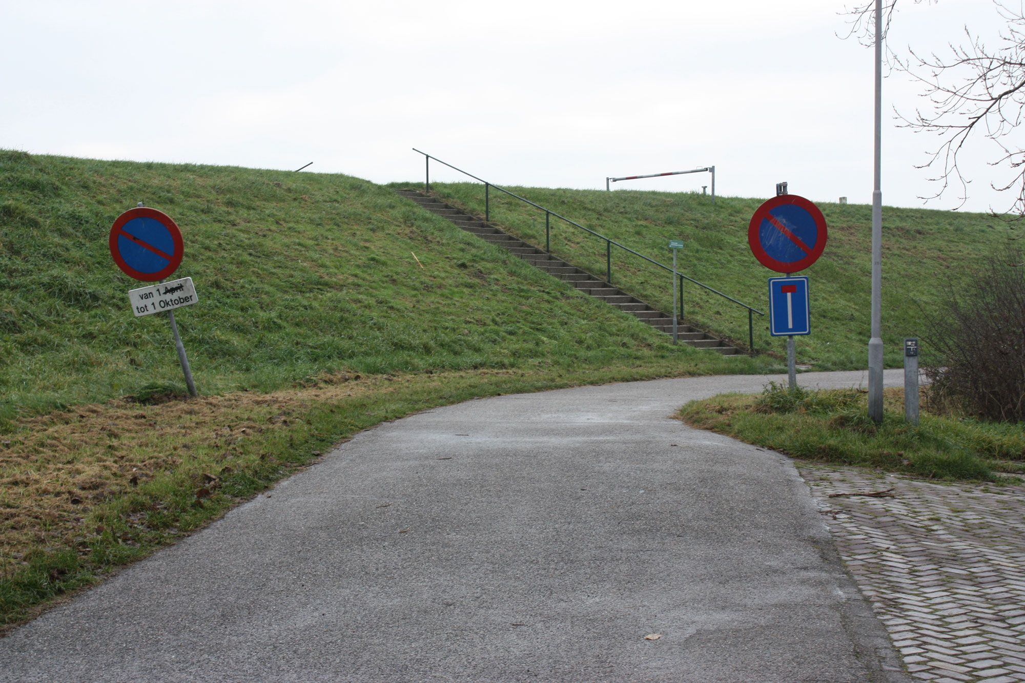 De verhoogde zeedijk heeft de verbinding tussen de haven en de buurtschap verbroken (Beeldbank SCEZ)
