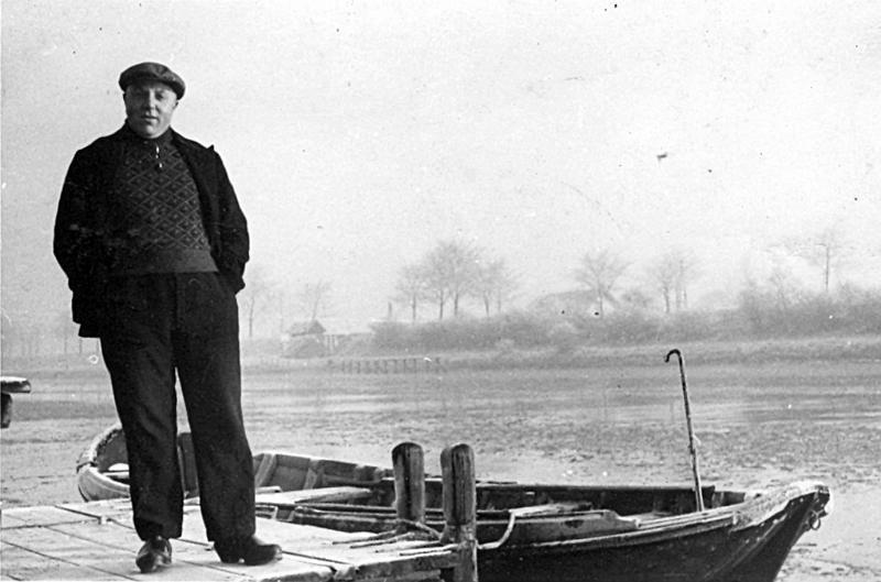 Veerbaas Marius van Boven bij het voetveer van Nieuwe Abeele in 1945 (Fotosite Souburg)