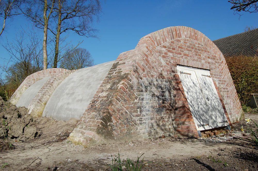 De gerestaureerde voorraadkelder voordat deze werd afgedekt met graszoden (Beeldbank SCEZ).