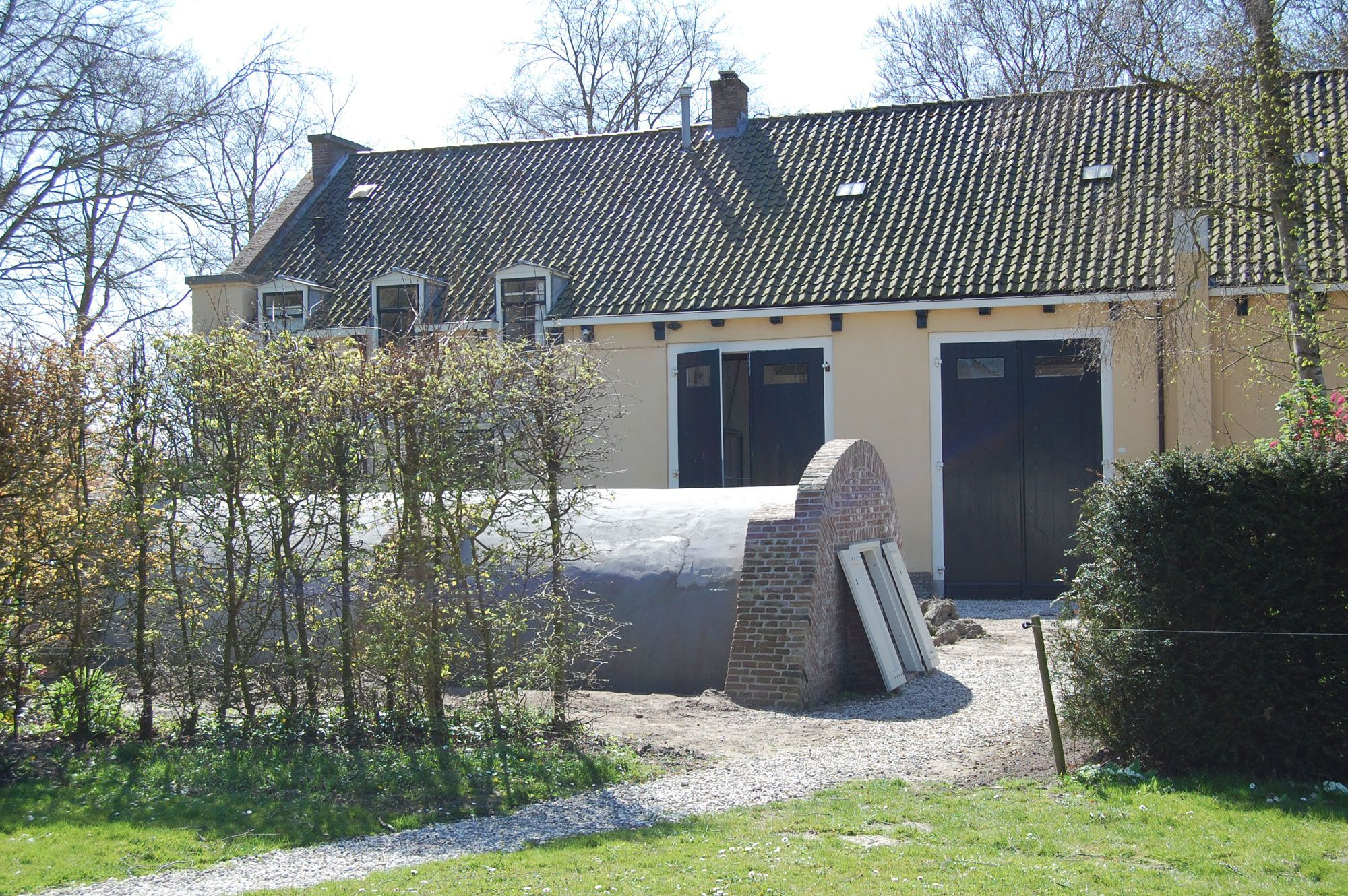 De voorraadkelder ligt op korte afstand van het koetshuis (Beeldbank SCEZ).