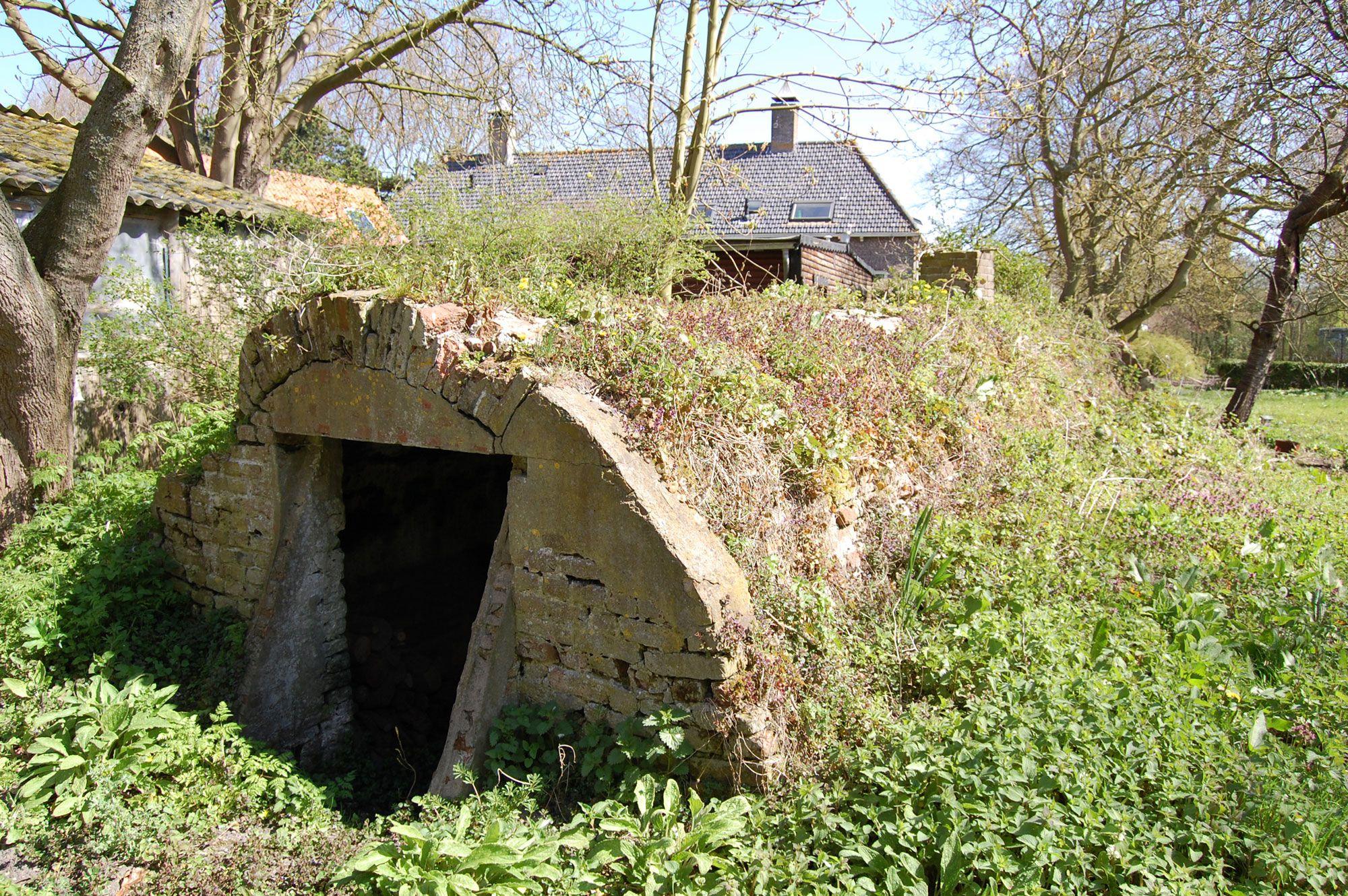 Bij de nabijgelegen boerderij Loverendale bevindt zich een voorraadkelder die grote gelijkenissen vertoont met de kelder van Overduin (Beeldbank SCEZ).