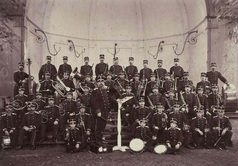 Dirigent Jan Morks en het muziekkorps der Schutterij, circa 1900. (Beeldbank Zeeuws Archief, Historisch-Topografische Atlas Middelburg)
