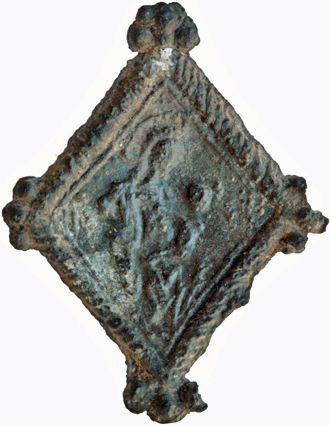 Voorzijde van een lood-tinnen pelgrimsinsigne uit Moggershil met afbeelding van Maria met kind. Datering 1375-1425; h 27 mm x br 21 mm. (Heilig en Profaan 3, cat. 2643, inv. 2870; collectie Familie Van Beuningen, Langbroek).