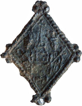 Achterzijde lood-tinnen pelgrimsinsigne uit Moggershil met afbeelding van bisschop en koning met schrijn of kerkmodel. Datering 1375-1425; h 27 mm x br 21 mm. (Heilig en Profaan 3, cat. 2643, inv. 2870; collectie Familie Van Beuningen, Langbroek).