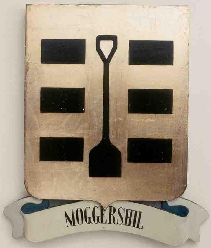 Wapenschild van Moggershil met schep (of turfsteker) aan weerszijden geflankeerd door drie turven. (Gemeente Tholen; naar Smallegange Nieuwe Cronyk van Zeeland, 1696).