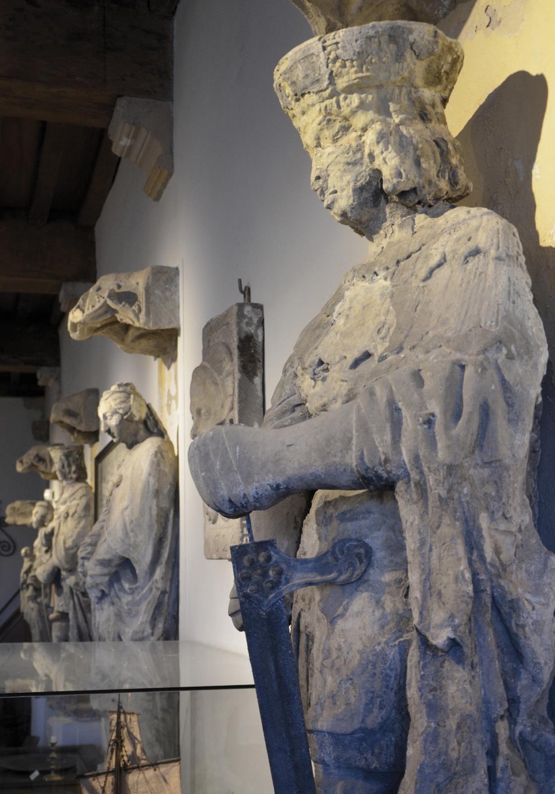 Beeldenzaal Museum Veere (De Schotse Huizen); op de voorgrond het beeld van Adolf van Bourgondië-Beveren (1489-1540) heer van Veere. (Simone den Dikken)