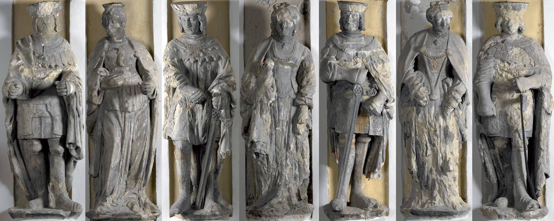 Zeven beelden, 'de Heren en Vrouwen van Veere', in 1517-1518 vervaardigd door Michiel Ywijnsz, sierden de gevel van het Stadhuis in Veere. (St. Behoud Veerse Stadhuisbeelden)