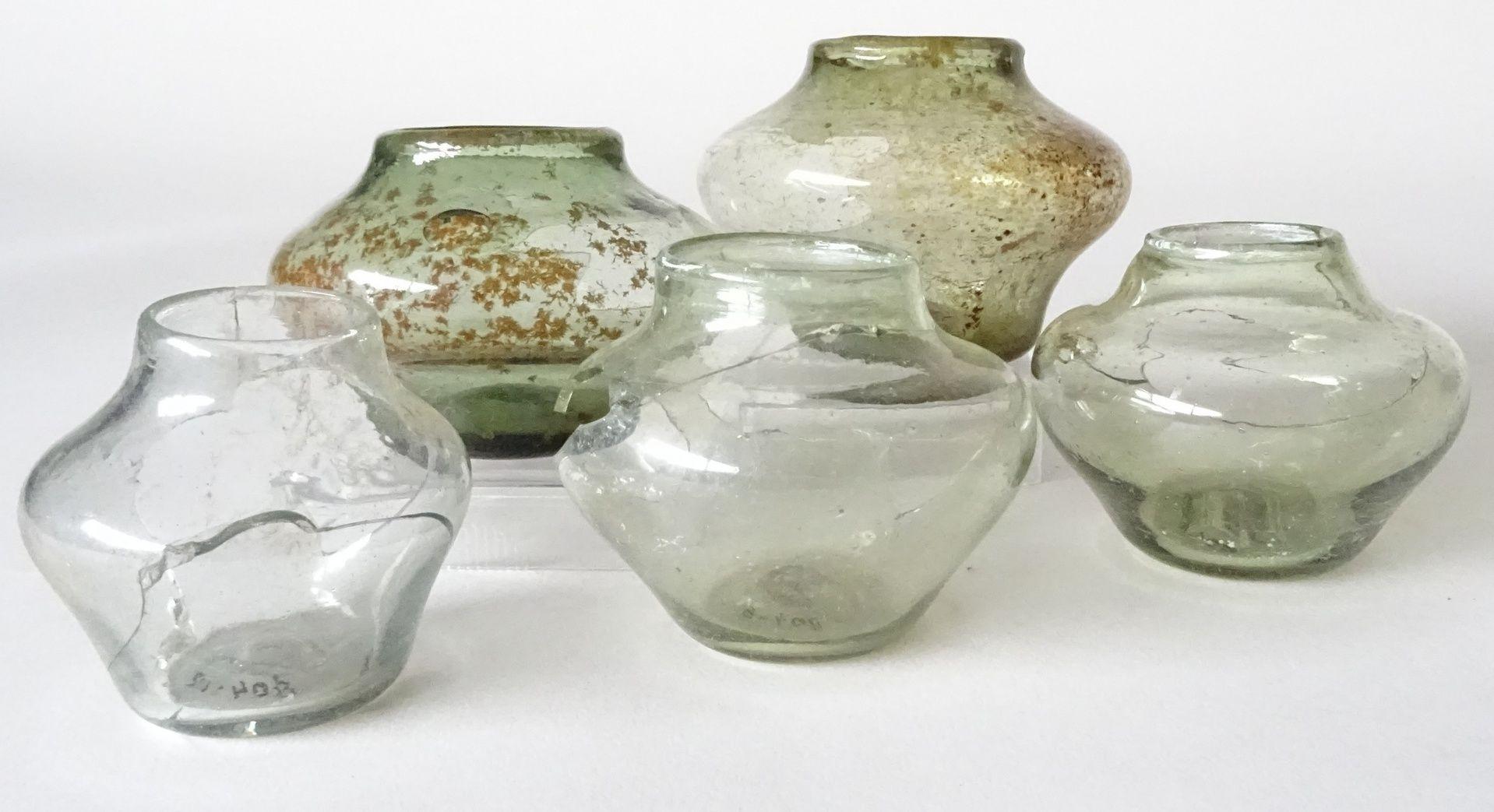 Vijf kopglazen uit een vondst van 40, bouwput Geere, Middelburg 1986 (Beeldbank Zeeuws Archeologisch Depot, SCEZ).