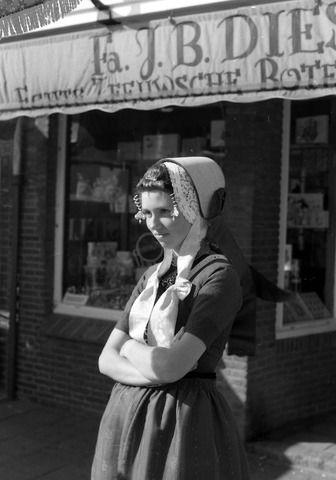 De winkel van Diesch op de Markt in Middelburg in 1974. Met een verklede schone in een oude Walcherse dracht. (Zeeuwse Bibliotheek, Beeldbank Zeeland, foto J. Simonse)