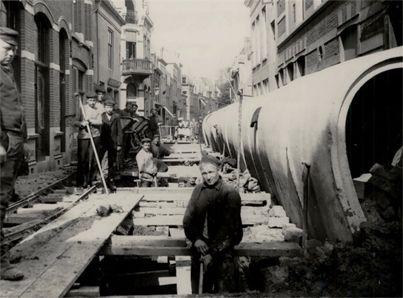 Aanleg van de riolering in de Wagenaarstraat in 1908, ruim honderd jaar nadat de eerste rioolbuizen in Vlissingen werden ingegraven. (Gemeentearchief Vlissingen, Beeldcollectie)