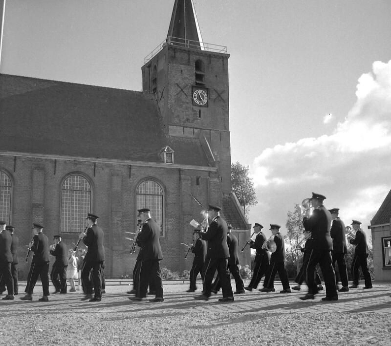 Muziekgezelschap bij de kerk in Kortgene, 1959. (Zeeuwse Bibliotheek, Beeldbank Zeeland, fotoarchief PZC)