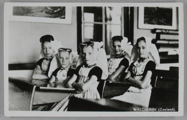 Prentbriefkaart meisjes in schoolbank circa 1950. (ZB, Beeldbank Zeeland)