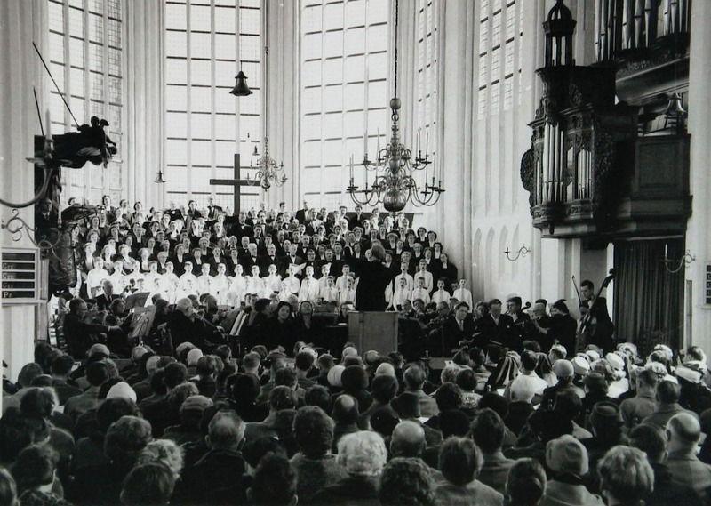 Uitvoering van de Matthäus Passion in de Sint-Baafskerk omstreeks 1960. (Zeeuwse Bibliotheek, Beeldbank Zeeland, foto O. de Milliano)