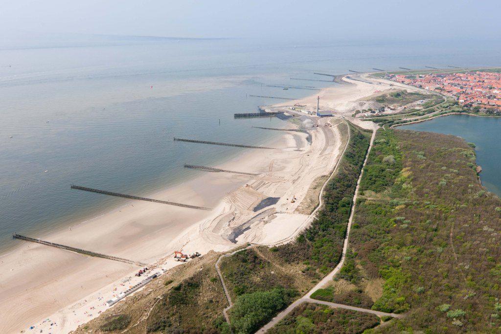 Werken aan de zeewering bij Westkapelle in 2011. Bovenaan Het Zuiderhoofd. (Beeldbank Rijkswaterstaat, foto Joop van Houdt)