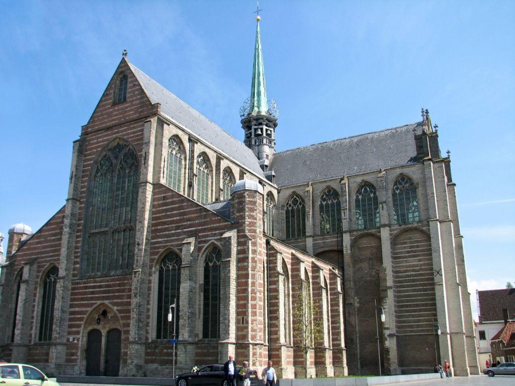 Ingang aan de westzijde van de kerk. (foto Timo Tijhof, creative commons by-sa 3.0)
