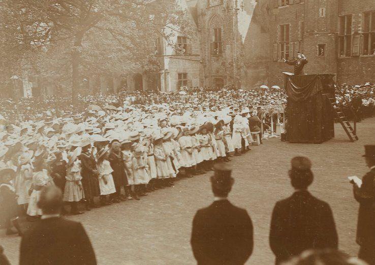 Cantate onder leiding van J. Morks bij gelegenheid van de geboorte van prinses Juliana in 1909. (Zeeuws Archief, Historisch-Topografische Atlas Middelburg)