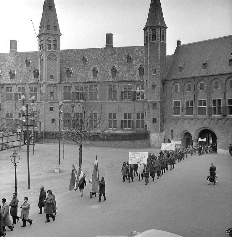 Demonstratie door Zuid-Molukkers op het Abdijplein in 1963. (Zeeuwse Bibliotheek, Beeldbank Zeeland, fotoarchief PZC)