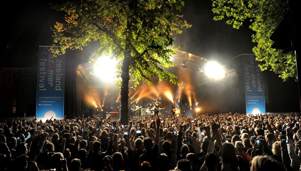 Het Abdijplein als festivalhart van het Zeeland Nazomerfestival in 2014. (Theaterproductiehuis Zeelandia, foto Lex de Meester)