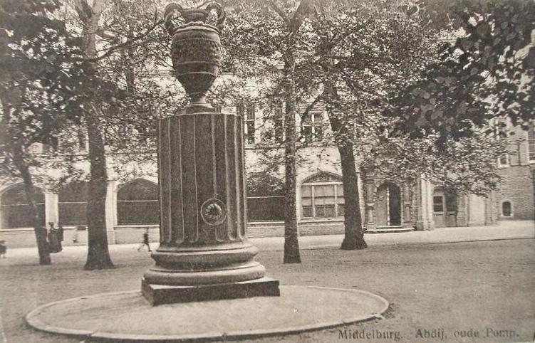 De pomp op het Abdijplein, 1914. Prentbriefkaart. (Zeeuwse Bibliotheek, Beeldbank Zeeland, foto J. Schaefer Platino)