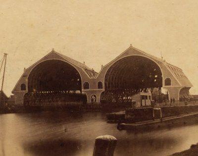De twee grote kappen van de Marinewerf te Vlissingen. Op dit terrein staan nu de Machinefabriek en de oude Scheldekraan. De werf had vier hellingen. (Gemeentearchief Vlissingen, Beeldcollectie)