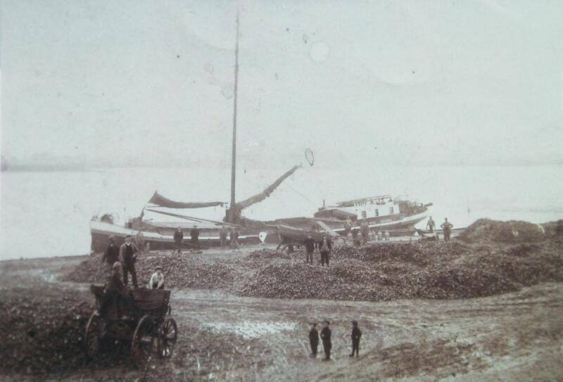 Het schip 'Maria' uit Amsterdam in de haven van Geersdijk, circa 1897. (ZB, Beeldbank Zeeland)