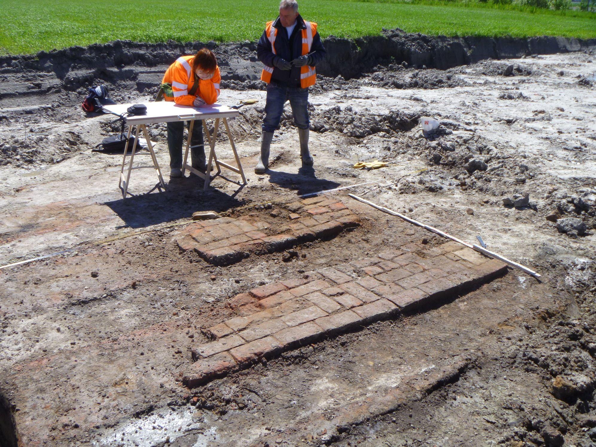Documenteren van een veldbrandoven bij Arnemuiden. (Walcherse Archeologische Dienst)