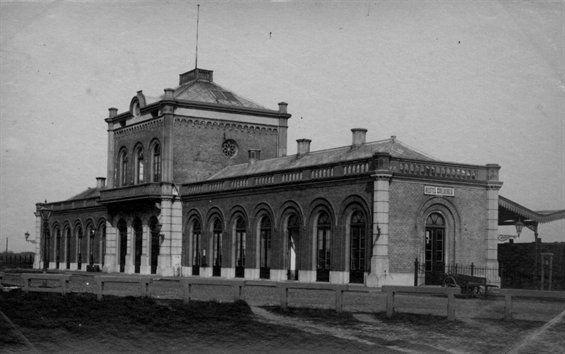 Station Vlissingen-Stad, gebouwd in 1873 en verwoest in 1940 door een neerstortend Duits vliegtuig. (Gemeentearchief Vlissingen)