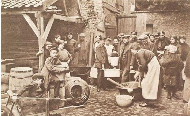 Belgische vluchtelingen in Middelburg bereiden een maaltijd. Prentbriefkaart uit 1914. (Bron: Zeeuws Archief, KZGW, ZI)