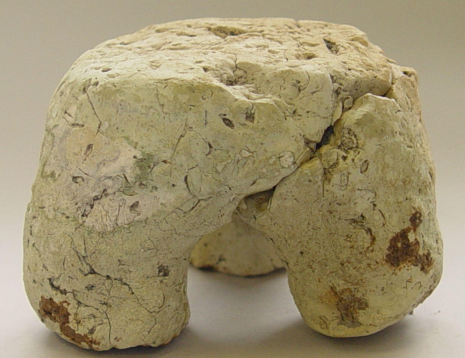 Driepoot van gebakken klei voor prehistorische zoutproductie. (Collectie KZGW, foto SCEZ)