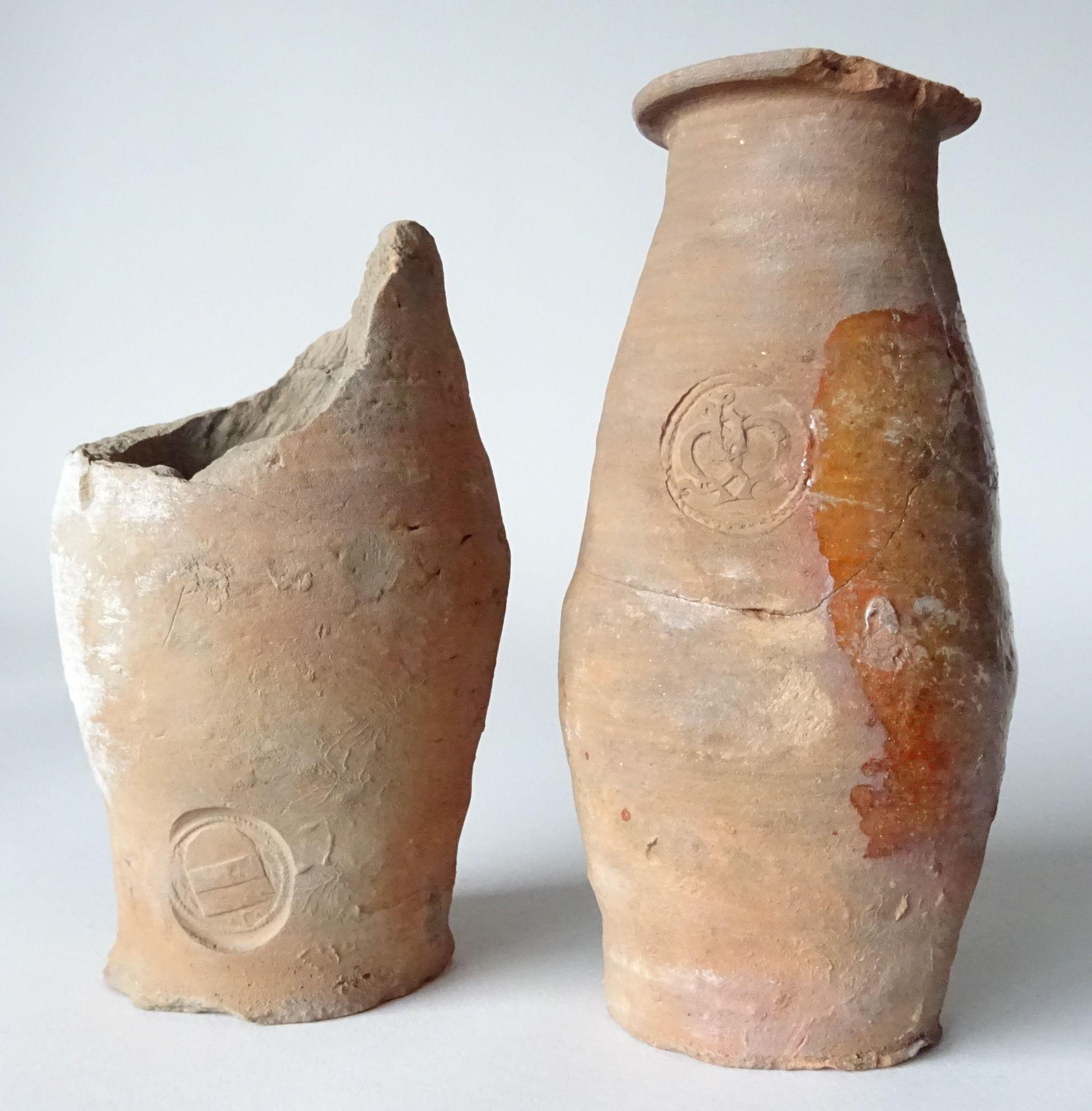 Twee van de 33 gevonden containers met merken. (Zeeuws Archeologisch Depot, SCEZ)