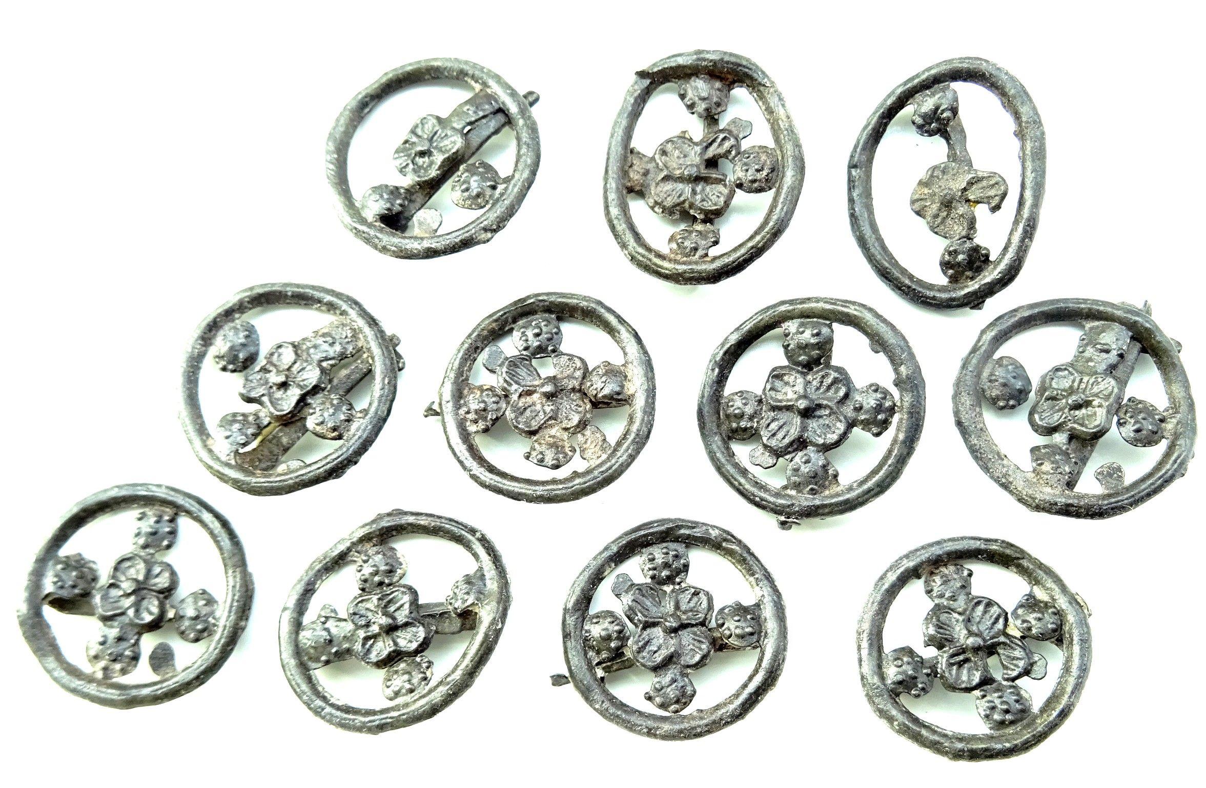 Elf tin/loden broches uit Zierikzee, diameter 1,0 centimeter, datering 1350-1450 (Stichting Cultureel Erfgoed Zeeland).