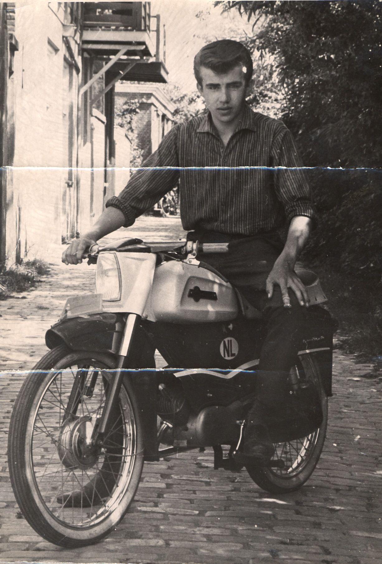 Thijs Feij als Vlissingse bromnozem, 1962 (collectie Henk Feij).