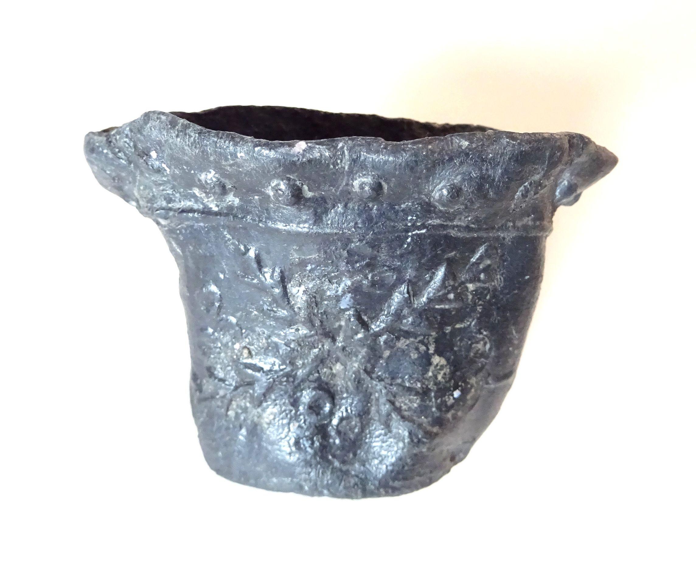 Loden vogeldrinkbakje uit Middelburg (opgraving Kousteensedijk, 1992; Zeeuws Archeologisch Depot).
