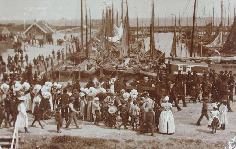 Begrafenisstoet van een verdronken scheepsman in Yerseke, 1905. (ZB, Beeldbank Zeeland)