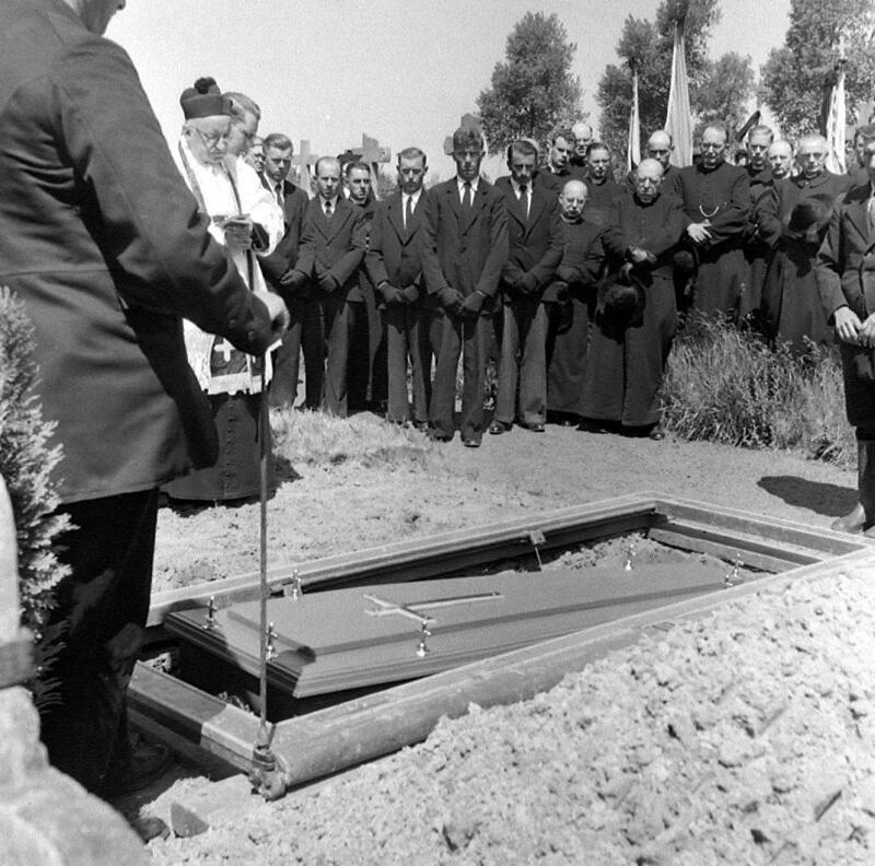 Aan het graf van rector Loves, Oostburg 1952. (ZB, Beeldbank Zeeland, foto O. de Milliano)